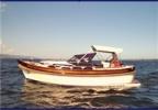 Bateau à moteur unique sur le lac Léman